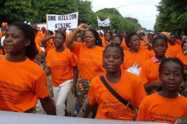 Frauen an einer Kundgebung mit orange T-Shirts.