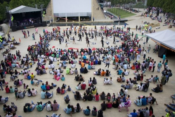 Ein grosser Platz mit Bühne und er ist voll von Menschen.