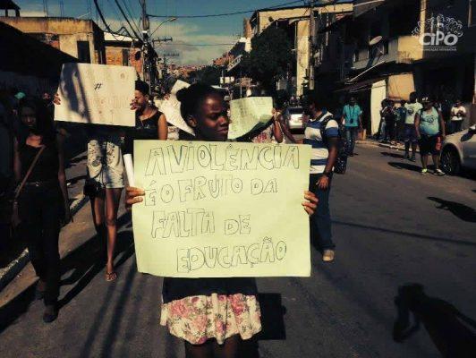 Junge Frauen halten Plakate auf, während sie durch die Strassen laufen.