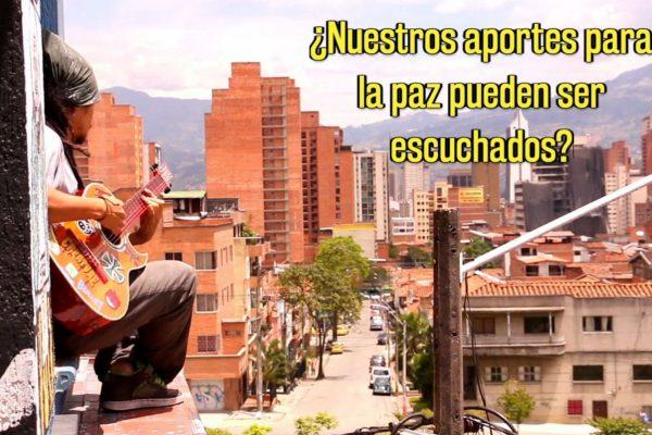Ein Jugendlicher spielt Gitarre. Im Hintergrund ist eine Stadt von oben zu sehen.